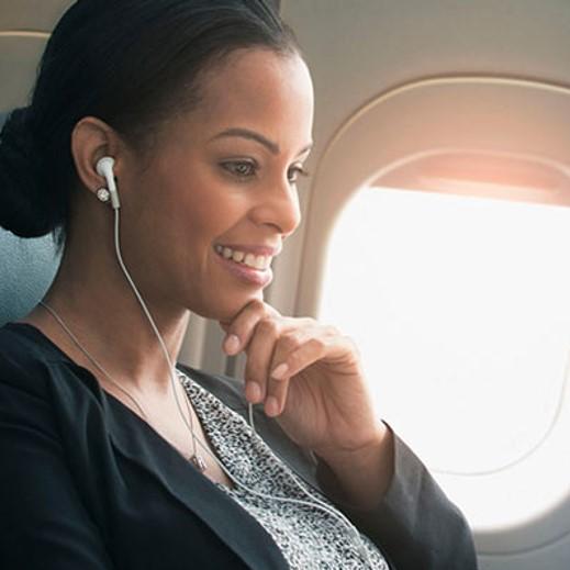 گوش دادن پادکست در طول پرواز