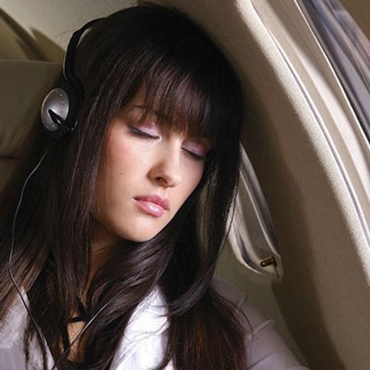 خوابیدن در طول پرواز و گوش دادن موسیقی